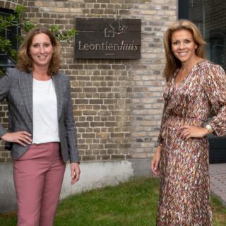 Manon Veldkamp, Marketing Manager Inventum en Leontien van Moorsel voor het Leontienhuis