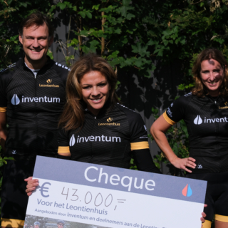 Leontien van Moorsel, Dirk de Leijer en Manon Veldkamp met cheque van €43.000